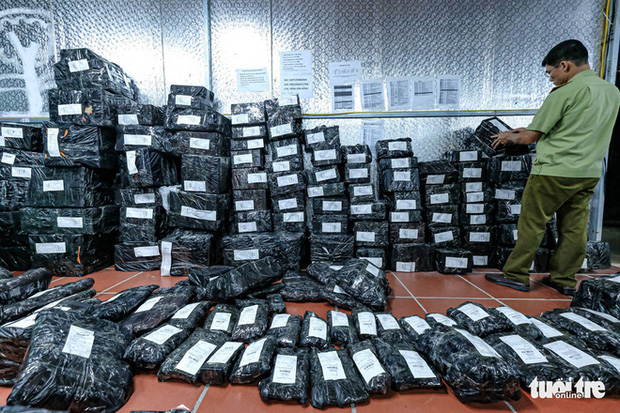 Bên trong kho hàng lậu rộng 10.000m2: Hàng trăm nghìn mặt hàng giày dép, đồng hồ, túi xách nghi giả mạo Nike, Adidas, LV, Chanel, Gucci với doanh thu 10 tỷ đồng/tháng - Ảnh 13.