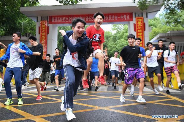 Hoàn thành môn cuối cùng của kỳ thi đại học khắc nghiệt nhất thế giới, học sinh Trung Quốc vỡ òa cảm xúc lao ra khỏi cổng trường - Ảnh 3.
