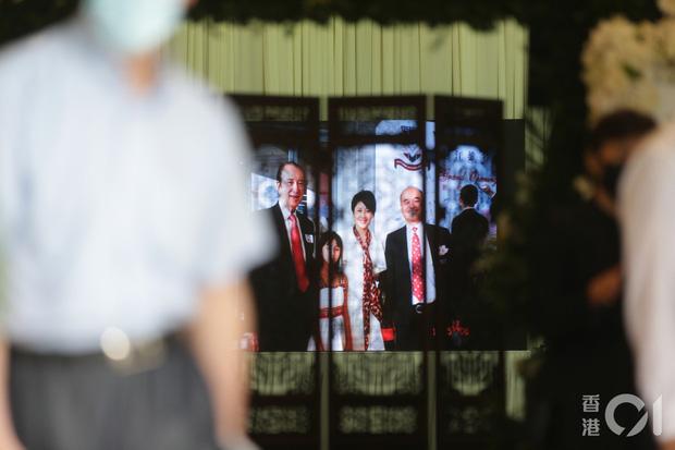 Khung cảnh tại tang lễ Vua sòng bài Macau ngày thứ 2: Người dân mang di ảnh đến viếng, quan chức cấp cao và giới doanh nhân cũng có mặt - Ảnh 24.