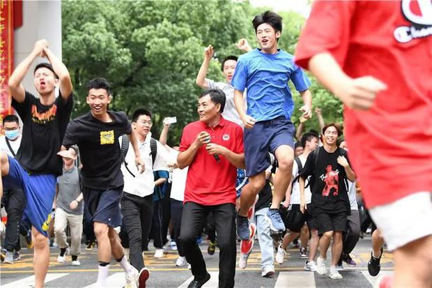 Hoàn thành môn cuối cùng của kỳ thi đại học khắc nghiệt nhất thế giới, học sinh Trung Quốc vỡ òa cảm xúc lao ra khỏi cổng trường - Ảnh 4.