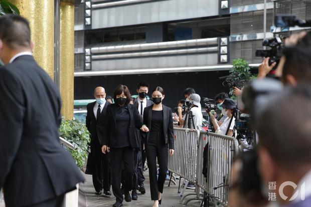 Khung cảnh tại tang lễ Vua sòng bài Macau ngày thứ 2: Người dân mang di ảnh đến viếng, quan chức cấp cao và giới doanh nhân cũng có mặt - Ảnh 4.