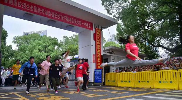 Hoàn thành môn cuối cùng của kỳ thi đại học khắc nghiệt nhất thế giới, học sinh Trung Quốc vỡ òa cảm xúc lao ra khỏi cổng trường - Ảnh 5.