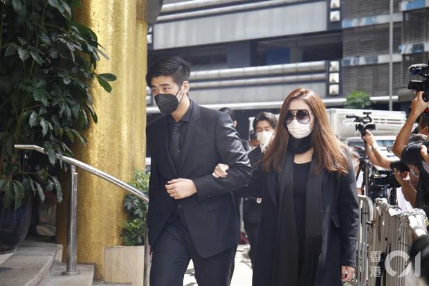 Khung cảnh tại tang lễ Vua sòng bài Macau ngày thứ 2: Người dân mang di ảnh đến viếng, quan chức cấp cao và giới doanh nhân cũng có mặt - Ảnh 5.