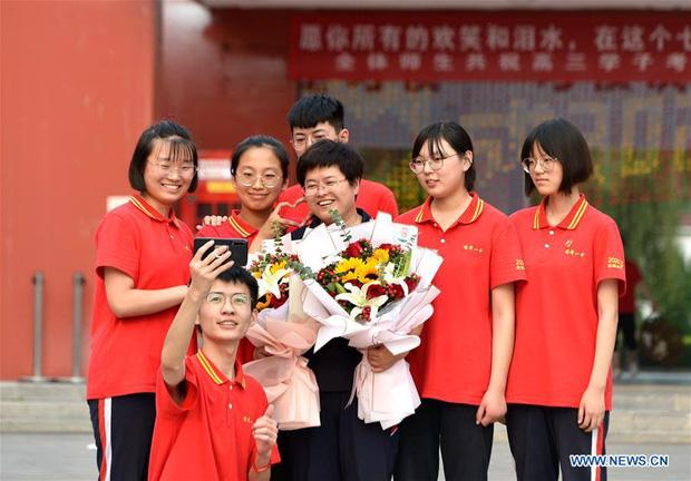 Hoàn thành môn cuối cùng của kỳ thi đại học khắc nghiệt nhất thế giới, học sinh Trung Quốc vỡ òa cảm xúc lao ra khỏi cổng trường - Ảnh 6.
