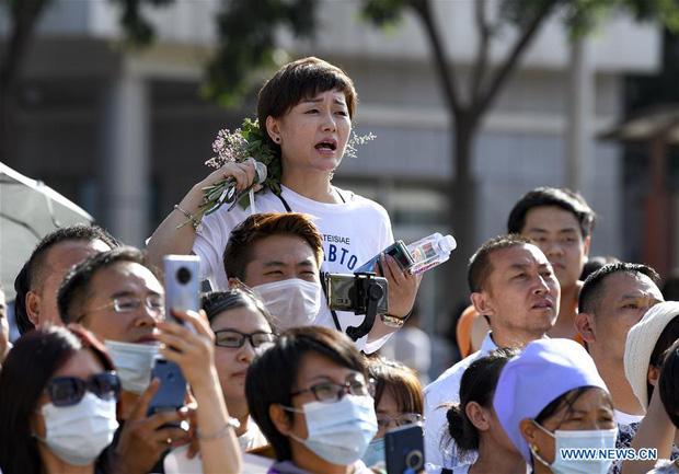 Hoàn thành môn cuối cùng của kỳ thi đại học khắc nghiệt nhất thế giới, học sinh Trung Quốc vỡ òa cảm xúc lao ra khỏi cổng trường - Ảnh 7.