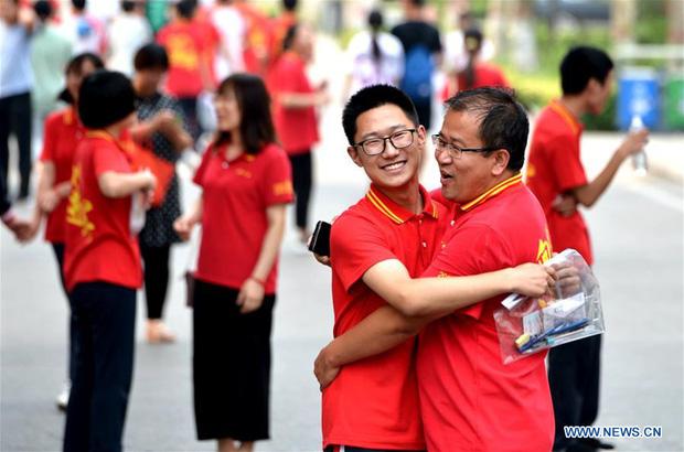 Hoàn thành môn cuối cùng của kỳ thi đại học khắc nghiệt nhất thế giới, học sinh Trung Quốc vỡ òa cảm xúc lao ra khỏi cổng trường - Ảnh 8.