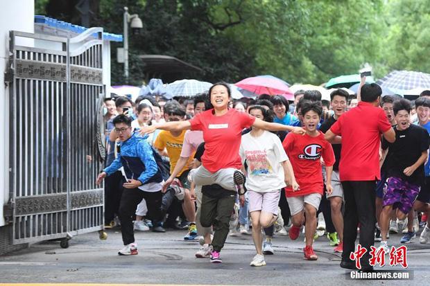 Hoàn thành môn cuối cùng của kỳ thi đại học khắc nghiệt nhất thế giới, học sinh Trung Quốc vỡ òa cảm xúc lao ra khỏi cổng trường - Ảnh 9.
