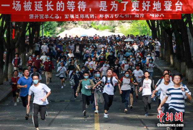 Hoàn thành môn cuối cùng của kỳ thi đại học khắc nghiệt nhất thế giới, học sinh Trung Quốc vỡ òa cảm xúc lao ra khỏi cổng trường - Ảnh 10.