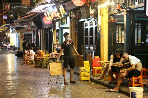 Hà Nội: Đúng 0h ngày 1/8, phố Tạ Hiện đồng loạt tắt đèn, đóng cửa, chìm vào tĩnh lặng để phòng dịch COVID-19 - Ảnh 1.