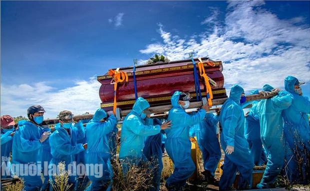 Nghẹn ngào cảnh đưa tang tại tâm dịch Covid-19 ở Quảng Nam - Ảnh 1.