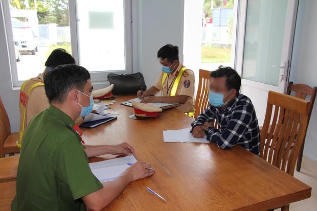 Đà Nẵng: Phát hiện ô tô nhận chở 4 công nhân trên đường trốn về Quảng Trị - Ảnh 2.