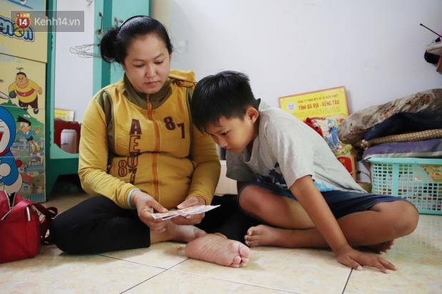 Bố bỏ nhà theo vợ nhỏ, bé trai 9 tuổi đi bán vé số khắp Sài Gòn kiếm tiền chữa bệnh cho người mẹ tật nguyền - Ảnh 1.