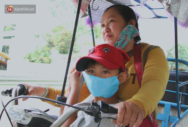 Bố bỏ nhà theo vợ nhỏ, bé trai 9 tuổi đi bán vé số khắp Sài Gòn kiếm tiền chữa bệnh cho người mẹ tật nguyền - Ảnh 14.