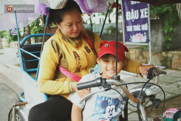 Bố bỏ nhà theo vợ nhỏ, bé trai 9 tuổi đi bán vé số khắp Sài Gòn kiếm tiền chữa bệnh cho người mẹ tật nguyền - Ảnh 10.