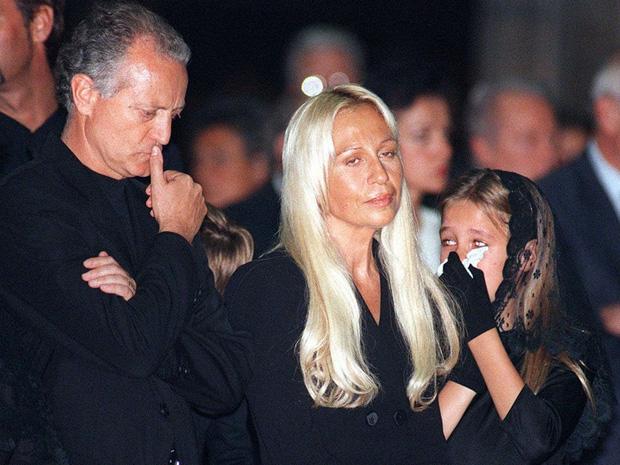 Cuộc đời đầy nước mắt phía sau ánh hào quang của Nữ vương đế chế Versace: Từ búp bê sống của anh trai đến thảm hoạ thẩm mỹ thời đại - Ảnh 7.