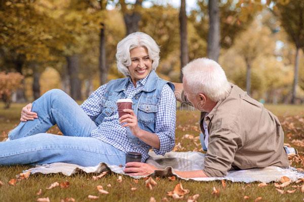 Đời người đạt được 3 điều này ở tuổi trung niên đã đủ viên mãn: Cuộc đời rất đắt, đừng quá tham lam, để sự bận rộn rút cạn sức khỏe - Ảnh 1.