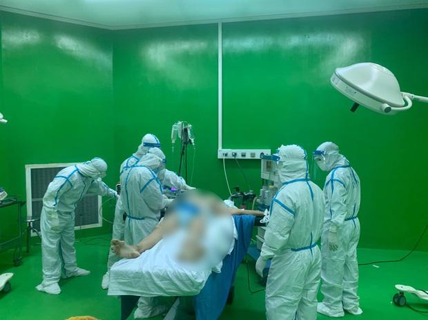 Ca phẫu thuật giữa tâm dịch: Cứu sống bệnh nhân Covid-19 sốc mất máu ở Bệnh viện Dã chiến Hoà Vang - Ảnh 1.