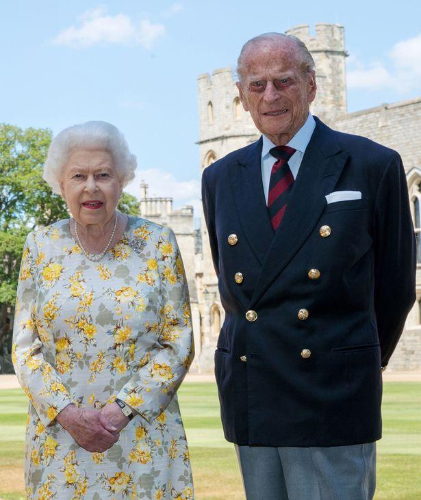 Nhà Meghan Markle tìm cách nối lại tình xưa với Nữ hoàng Anh khi nhận ra bản thân rất cần hoàng gia - Ảnh 1.