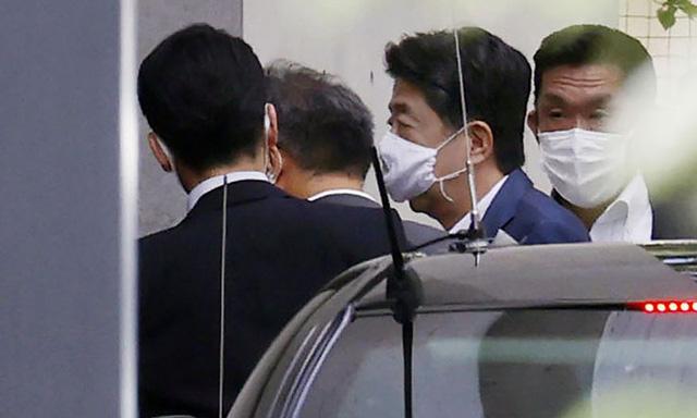 Thủ tướng Shinzo Abe từ chức vì lý do sức khỏe: Nhìn lại văn hóa cuồng việc của người Nhật Bản  - Ảnh 1.