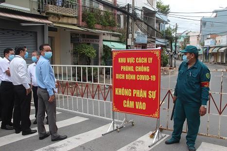 Phong tỏa khu vực bệnh nhân 595 cư trú, khoảng 900 nhân khẩu bị cách ly tại chỗ - Ảnh 4.