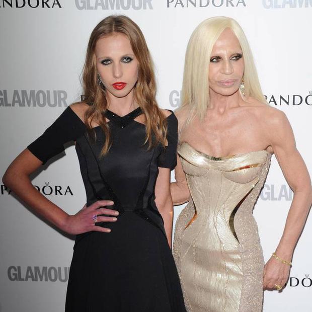 Cuộc sống như địa ngục của Ái nữ đế chế Versace: Thừa kế công ty khi mới 11 tuổi, tài sản hàng trăm triệu đô nhưng không có lấy một ngày vui vẻ - Ảnh 4.