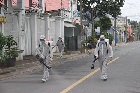 Phong tỏa khu vực bệnh nhân 595 cư trú, khoảng 900 nhân khẩu bị cách ly tại chỗ - Ảnh 5.