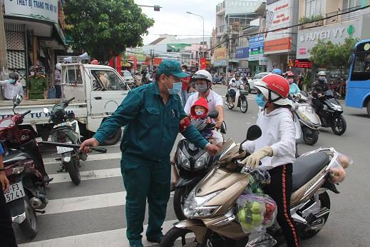 Phong tỏa khu vực bệnh nhân 595 cư trú, khoảng 900 nhân khẩu bị cách ly tại chỗ - Ảnh 6.