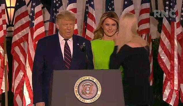 Khoảnh khắc Đệ nhất phu nhân Mỹ biến đổi cảm xúc khi nữ thần Nhà Trắng Ivanka Trump đi qua gây bão cộng đồng mạng  - Ảnh 1.