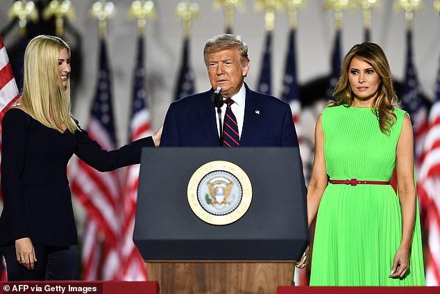 Khoảnh khắc Đệ nhất phu nhân Mỹ biến đổi cảm xúc khi nữ thần Nhà Trắng Ivanka Trump đi qua gây bão cộng đồng mạng  - Ảnh 2.