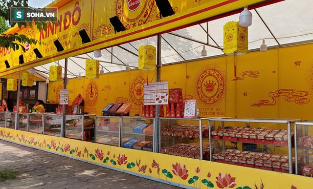 Cảnh tượng như thời bao cấp tại phố bánh Trung thu truyền thống nổi tiếng Hà Nội  - Ảnh 7.