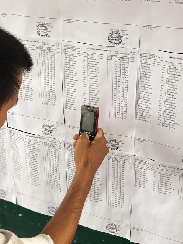 Người cha già đạp xe đến trường xem điểm thi cho con, xúc động hơn cả là cảnh dùng chiếc điện thoại cũ chụp lại điểm - Ảnh 1.