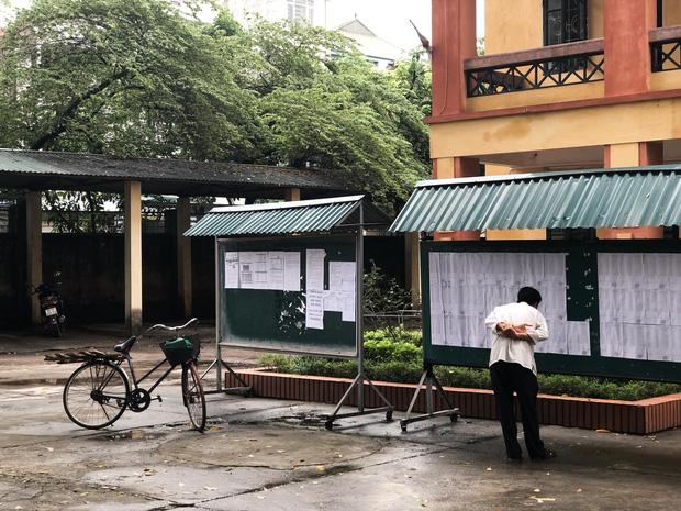 Người cha già đạp xe đến trường xem điểm thi cho con, xúc động hơn cả là cảnh dùng chiếc điện thoại cũ chụp lại điểm - Ảnh 2.