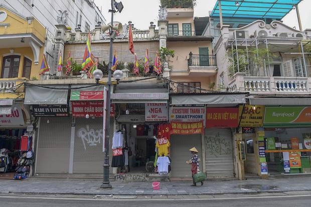 Clip, ảnh: Hàng loạt cửa hàng ở phố cổ Hà Nội lần thứ hai lao đao vì dịch Covid-19 - Ảnh 3.