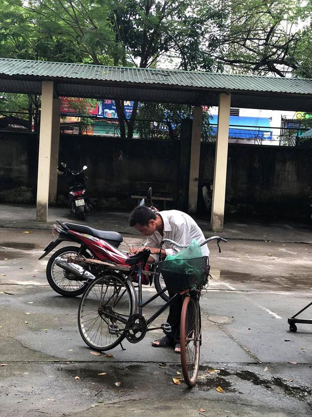 Người cha già đạp xe đến trường xem điểm thi cho con, xúc động hơn cả là cảnh dùng chiếc điện thoại cũ chụp lại điểm - Ảnh 4.