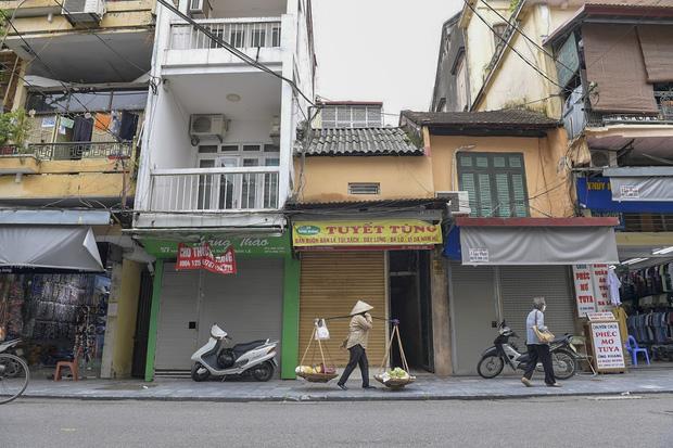 Clip, ảnh: Hàng loạt cửa hàng ở phố cổ Hà Nội lần thứ hai lao đao vì dịch Covid-19 - Ảnh 7.