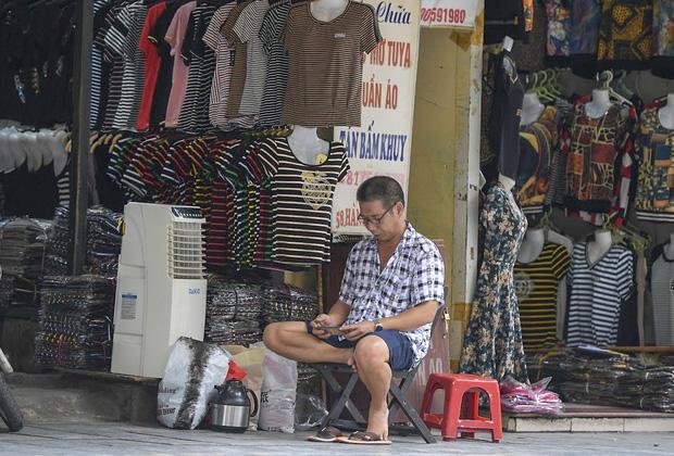 Clip, ảnh: Hàng loạt cửa hàng ở phố cổ Hà Nội lần thứ hai lao đao vì dịch Covid-19 - Ảnh 10.