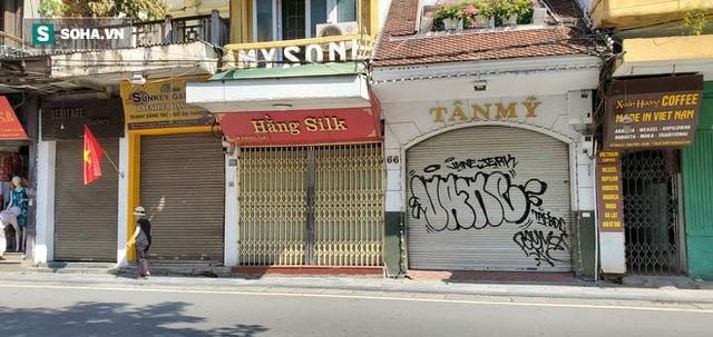 Cảnh tượng trái ngược đến xót xa tại phố lụa sầm uất Hà Nội, lác đác hàng rong nghỉ chân  - Ảnh 2.