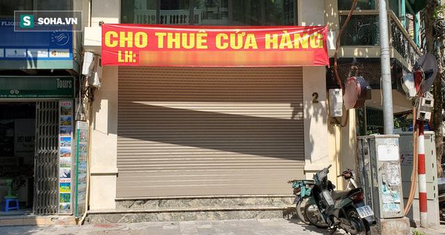 Cảnh tượng trái ngược đến xót xa tại phố lụa sầm uất Hà Nội, lác đác hàng rong nghỉ chân  - Ảnh 6.