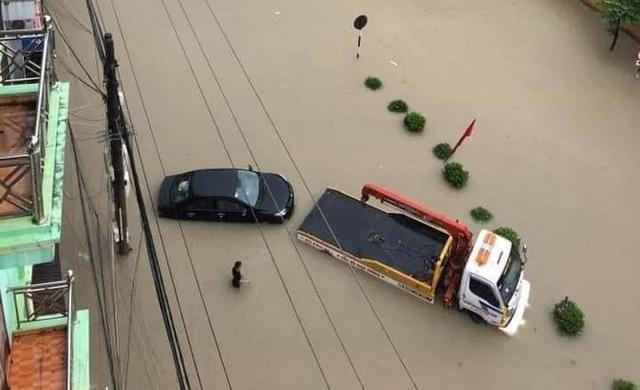 Mưa lớn trong nhiều giờ, TP. Điện Biên Phủ ngập trong biển nước  - Ảnh 14.