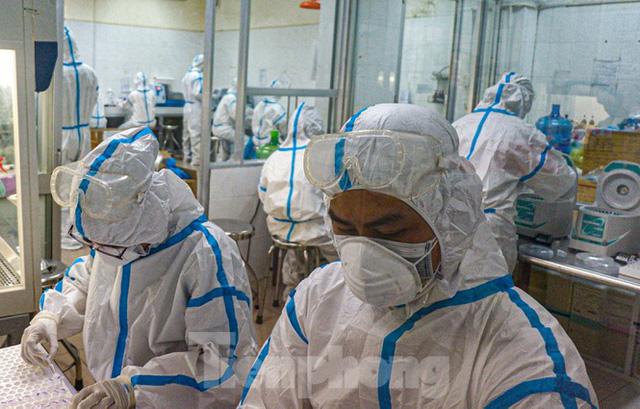 Những chiến binh CDC Đà Nẵng quay cuồng truy vết virus chết người  - Ảnh 3.