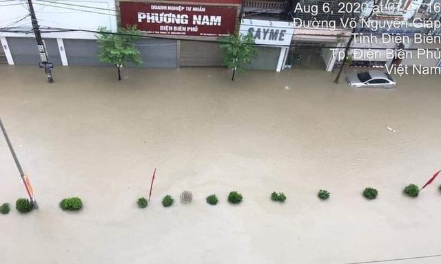 Mưa lớn trong nhiều giờ, TP. Điện Biên Phủ ngập trong biển nước  - Ảnh 6.