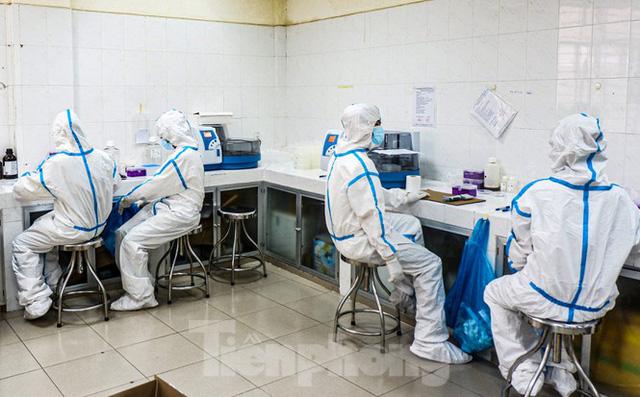 Những chiến binh CDC Đà Nẵng quay cuồng truy vết virus chết người  - Ảnh 7.