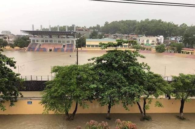 Mưa lớn trong nhiều giờ, TP. Điện Biên Phủ ngập trong biển nước  - Ảnh 7.