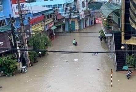 Mưa lớn trong nhiều giờ, TP. Điện Biên Phủ ngập trong biển nước  - Ảnh 9.