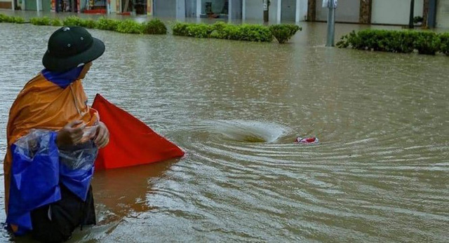 Mưa lớn trong nhiều giờ, TP. Điện Biên Phủ ngập trong biển nước  - Ảnh 10.