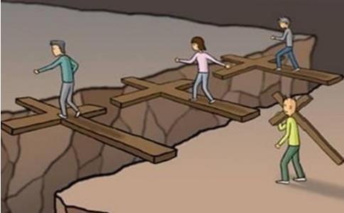Cắt ngắn cây thập tự để di chuyển dễ dàng hơn, người đàn ông phải trả giá đắt vì hiểm họa khôn lường ngay trước mặt - Ảnh 1.