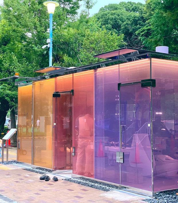 Độc đáo nhà vệ sinh trong suốt tại Nhật Bản, khi có người sử dụng sẽ tự động làm mờ để bảo vệ sự riêng tư - Ảnh 1.