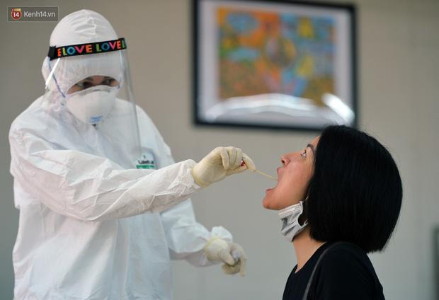 Ảnh: Hà Nội bắt đầu xét nghiệm PCR đối với người trở về từ Đà Nẵng - Ảnh 10.