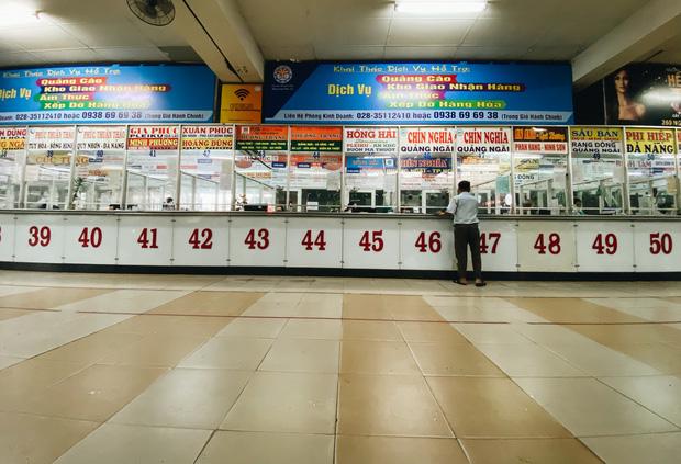 """2 bến xe lớn nhất Sài Gòn """"ngấm đòn"""" Covid-19, nhà xe hạ giá vé vì ế khách trong dịp nghỉ lễ Quốc khánh - Ảnh 2."""