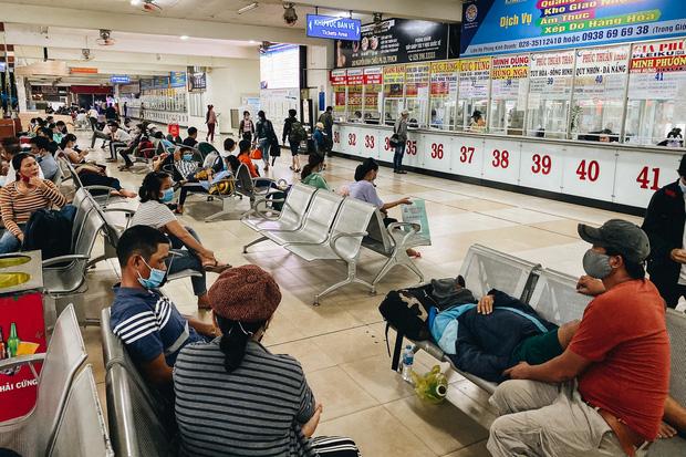 """2 bến xe lớn nhất Sài Gòn """"ngấm đòn"""" Covid-19, nhà xe hạ giá vé vì ế khách trong dịp nghỉ lễ Quốc khánh - Ảnh 3."""